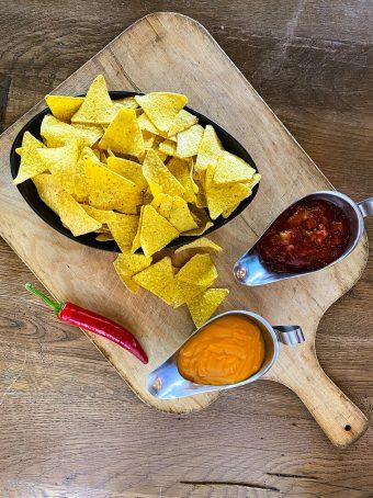 Nacho mit Salsa oder Käse Dip
