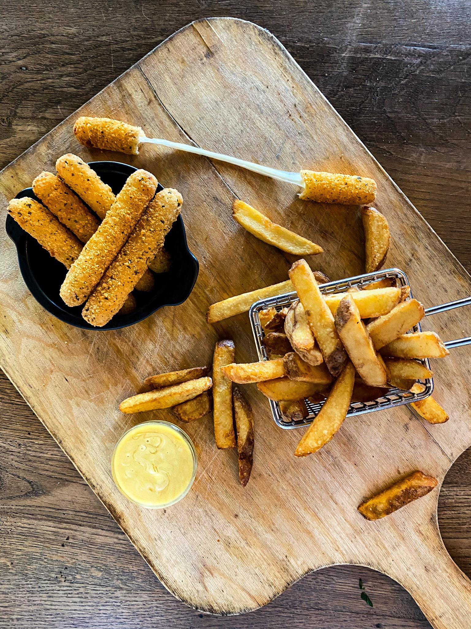 Mozzarella- Stangen in Kartoffelpannade